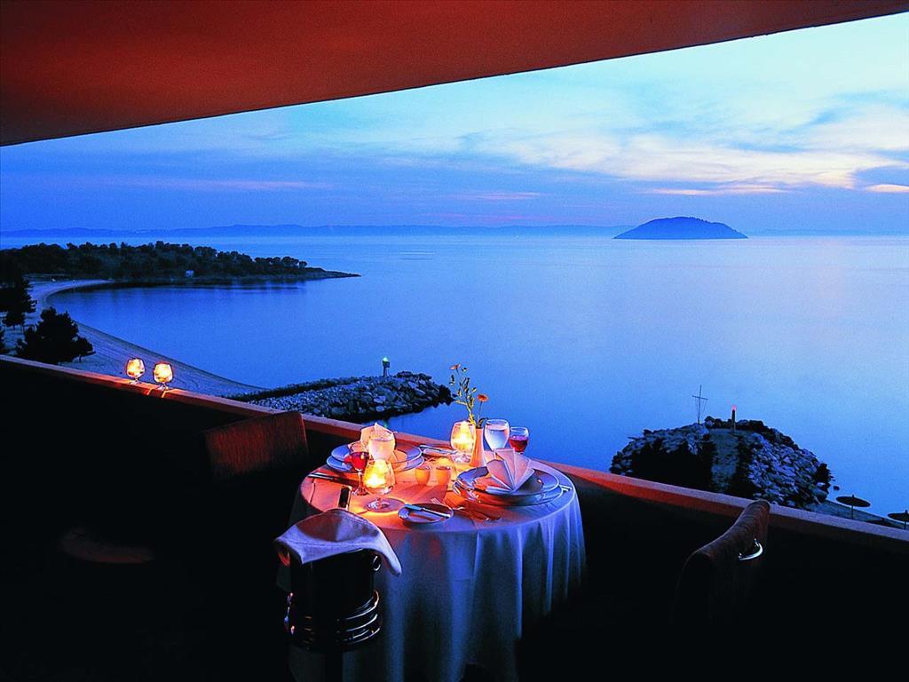 Ресторан в остров Порто-Каррас у моря